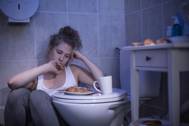 Как вызвать рвоту: быстрые способы в домашних условиях